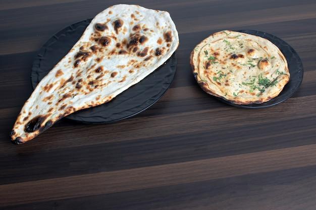 Naan I Tandoori Roti W Drewnianym Stole Premium Zdjęcia
