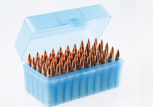 Naboje myśliwskie w plastikowym pudełku. pudełko do przechowywania pocisków. Premium Zdjęcia