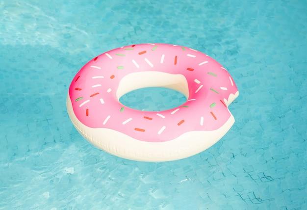 Nadmuchiwany Pierścień Pływacki Pływający W Basenie Premium Zdjęcia