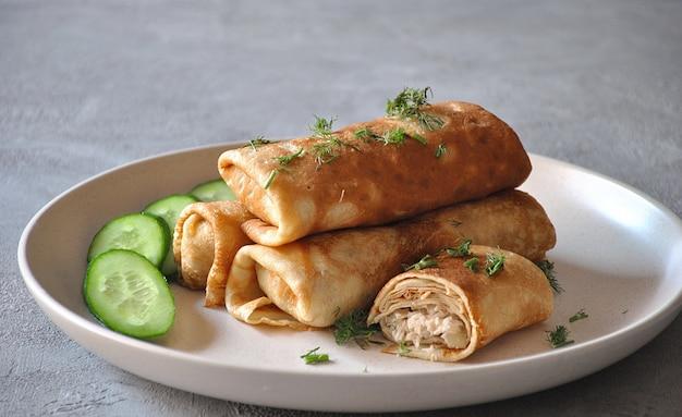 Nadziewane Naleśniki Z Mięsem. Pyszny Obiad / Kolacja. Premium Zdjęcia