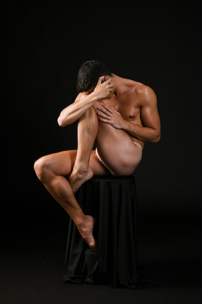 Nagi Mężczyzna Usytuowanie Obejmujące Twarz Rękami Darmowe Zdjęcia