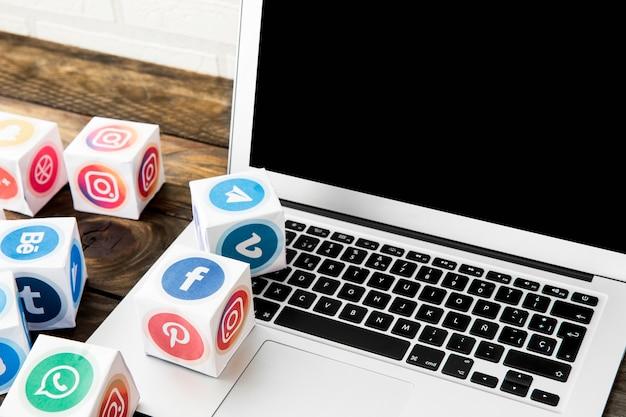 Najbardziej popularne ikony aplikacji mobilnych z laptopa w biurze Darmowe Zdjęcia