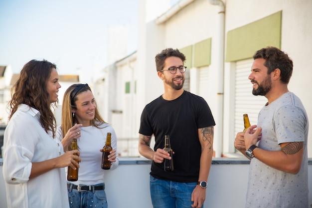 Najlepsi Przyjaciele Piją Piwo I Cieszą Się Dyskusją Darmowe Zdjęcia