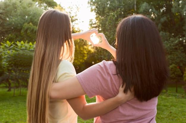 Najlepsi Przyjaciele Robią Serce Na Słońcu Z Tyłu Darmowe Zdjęcia