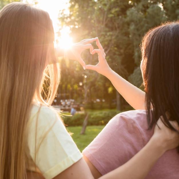 Najlepsi Przyjaciele Robią Serce Na Słońcu Darmowe Zdjęcia