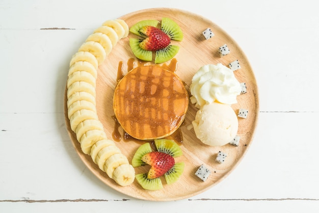 Naleśnik z lodami waniliowymi i owocami Premium Zdjęcia