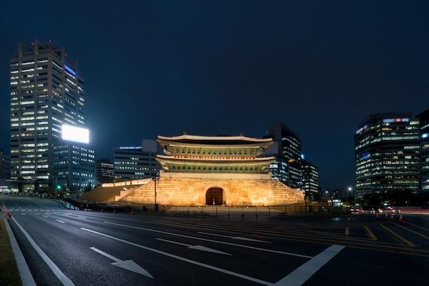 Namdaemun Brama W Seul Biznesowej Dzielnicy Terenu Linii Horyzontu Widoku Od Ulicy Przy Nocą W Seul, Południowy Korea. Azjatycka Turystyka, Nowoczesne życie W Mieście Lub Biznes Finanse I Gospodarka Premium Zdjęcia