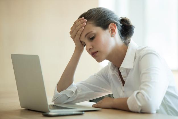 Napięta Kobieta Za Pomocą Laptopa W Sali Konferencyjnej Premium Zdjęcia