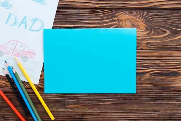 Napis na tacie z rysunkiem samochodu i czystym papierem Darmowe Zdjęcia