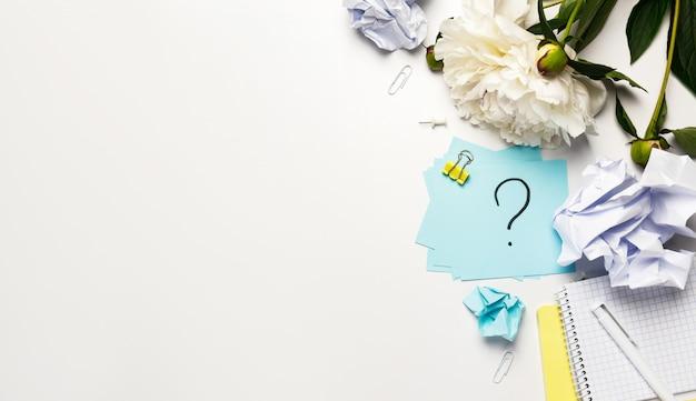 Napisane Zmięte Kulki Papieru I Znak Zapytania Karteczki Premium Zdjęcia