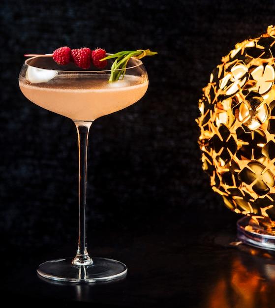 Napój alkoholowy przyozdobiony jagodami w szklance o długiej łodydze Darmowe Zdjęcia
