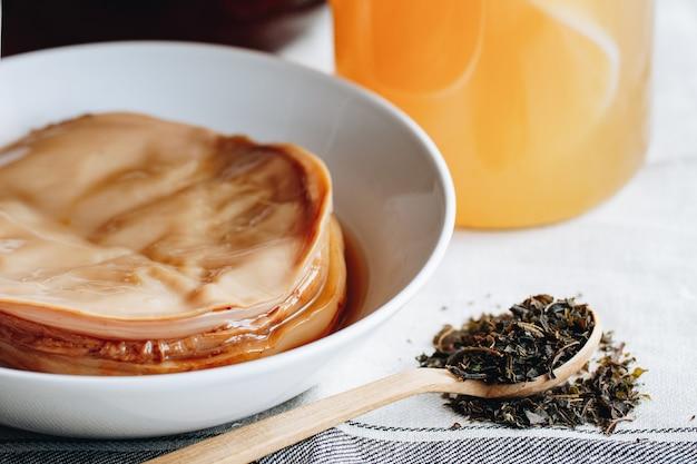 Napój kombucha. fermentacja kombucha. grzyb herbaciany Premium Zdjęcia