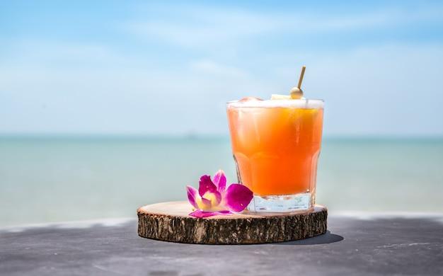 Napój Mai Tai Na Barze Na Plaży. Zamknij Napój Alkoholowy. Darmowe Zdjęcia