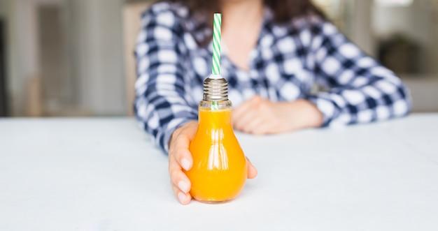 Napoje, Dieta I Koncepcja Zdrowego Stylu życia. Kobieta Daje Butelkę Naturalnego Soku. Premium Zdjęcia