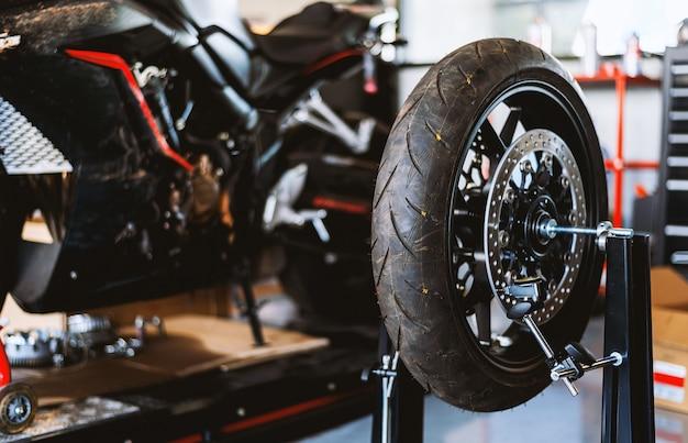 Naprawa Motocykla. Wyważarka Do Kół W Centrum Serwisowym Opon Premium Zdjęcia