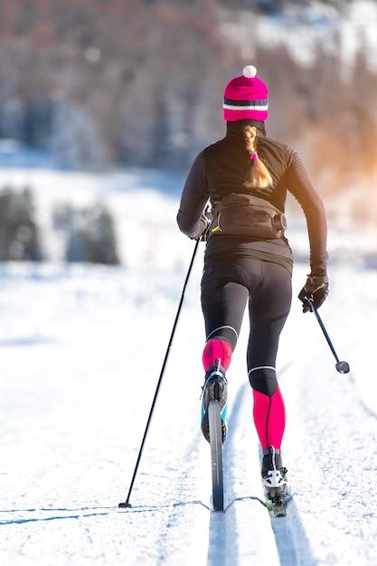 Narciarstwo Biegowe Młodej Dziewczyny Sportowca. Klasyczna Technika Naprzemienna Premium Zdjęcia