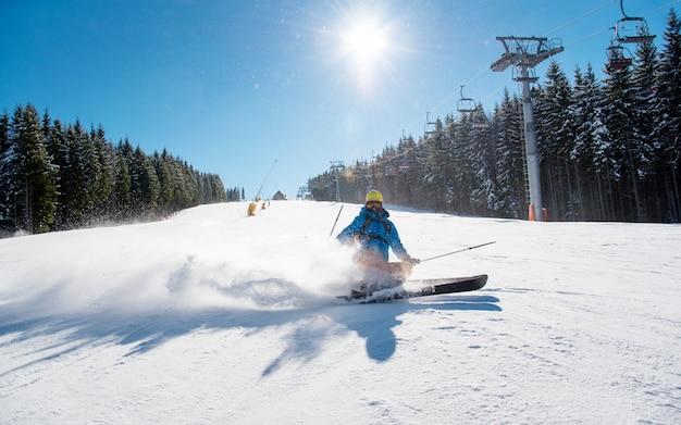 Narciarz Jedzie W Zimowym Kurorcie W Górach Premium Zdjęcia