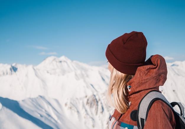 Narciarz Na Szczycie Gór śniegu W Piękny Słoneczny Dzień. Kaukaz W Zimie, Gruzja, Region Gudauri. Premium Zdjęcia