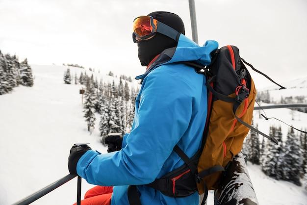 Narciarz Patrząc Na Piękne Ośnieżone Góry Premium Zdjęcia