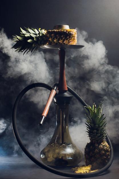 Nargile Gorący Węgle Na Shisha Rzucają Kulą Z Czarnym Tłem. Stylowa Orientalna Szisza. Ananas Premium Zdjęcia