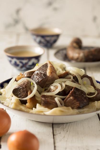 Narodowe danie kazachskie - beshbarmak, orientacja pionowa Premium Zdjęcia