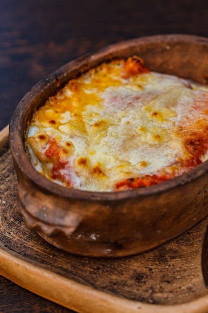 Narodowe Jedzenie Czarnogóry Słone Naleśniki Slane Palacinke Z Mięsem, Kwaśną śmietaną I Serem Premium Zdjęcia