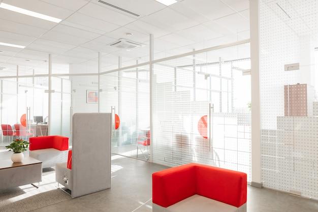 Narożnik Nowoczesnego Biura Z Białymi ścianami Premium Zdjęcia