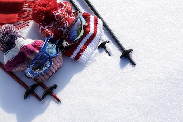 Narty i śnieg w tle Darmowe Zdjęcia