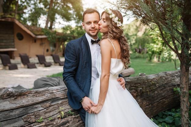 Narzeczeni W Dniu ślubu Chodzenie Na Zewnątrz Na Lato Natura Premium Zdjęcia