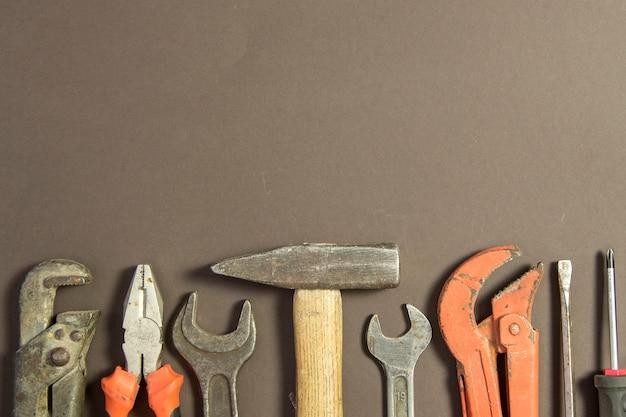 Narzędzia Budowlane Na Teksturowanym Papierze Grunge Składającym Się Z Klucza Do Rur, śrubokręta, Metalu, Młotka I Wolnej Przestrzeni Na Górze Darmowe Zdjęcia