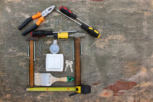 Narzędzia Budowlane W Postaci Domu Na Drewnie. Premium Zdjęcia