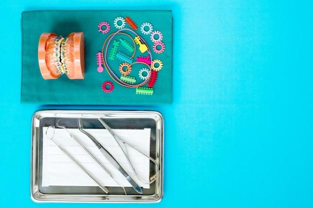 Narzędzia dentystyczne i model ortodontyczny Premium Zdjęcia