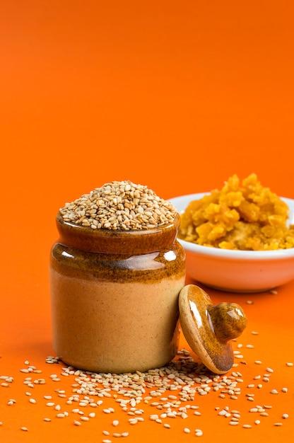 Nasiona Sezamu W Glinianym Garnku Z Jaggery W Misce Premium Zdjęcia