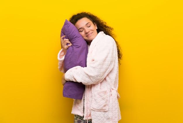 Nastolatek Dziewczyna W Piżamie Robi Sen Gestowi W Dorable Wyrażeniu Premium Zdjęcia