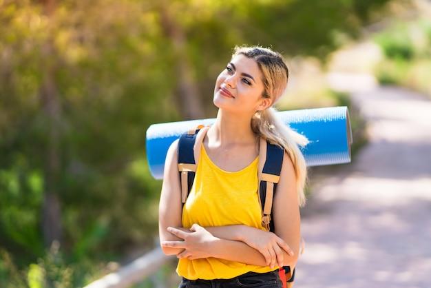 Nastolatek Dziewczyna Wycieczkuje Przy Outdoors Szczęśliwym I Uśmiechniętym Premium Zdjęcia