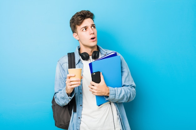Nastolatek Kaukaski Mężczyzna Gotowy Do Szkoły Premium Zdjęcia