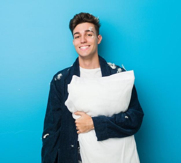Nastolatek Kaukaski Zmęczony Człowiek Trzyma Poduszkę Premium Zdjęcia