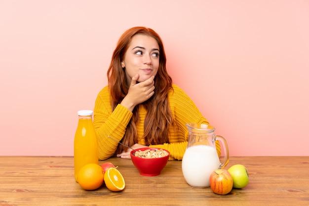 Nastolatek Ruda Dziewczyna O śniadanie W Tabeli Myślenia Pomysł Premium Zdjęcia