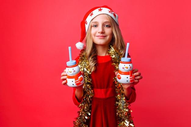 Nastolatka Dziewczyny W Czapkę Mikołaja I Blichtr Na Szyi Premium Zdjęcia