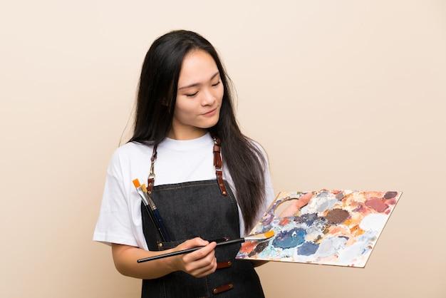 Nastolatka Malarza Azjatykcia Dziewczyna Nad Odosobnioną ścianą Premium Zdjęcia