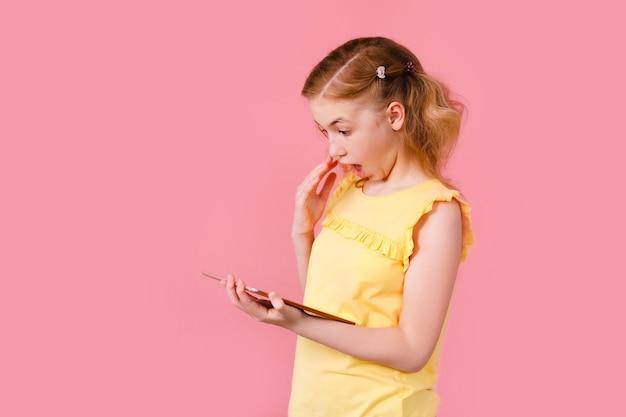 Nastolatka Odrabia Lekcje Na Tablecie Premium Zdjęcia