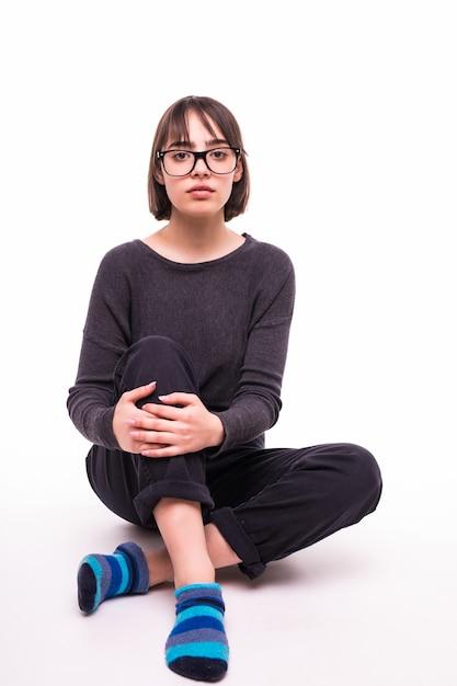 Nastolatka W Okularach Siedzi Na Podłodze Na Białym Tle Darmowe Zdjęcia