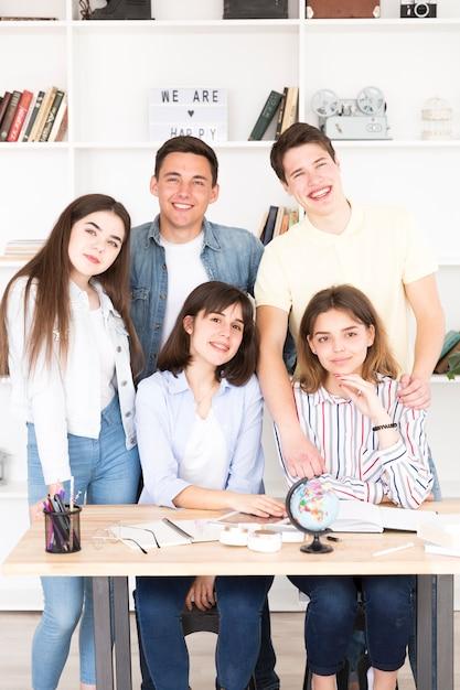 Nastoletni Uczniowie Zebrali Się Przy Stole W Klasie Darmowe Zdjęcia