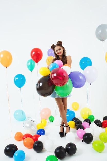 Nastoletnia Dziewczyna W Pin-up Ubraniach Trzyma Wiązkę Balony Darmowe Zdjęcia
