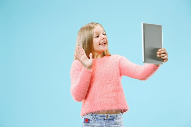 Nastoletnia Dziewczyna Z Laptopem. Darmowe Zdjęcia