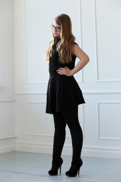Nastoletnia z elegancką sukienką Darmowe Zdjęcia