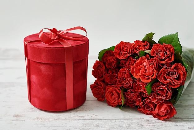Naturalne Czerwone Róże I Pudełko. Walentynki Kartkę Z życzeniami. Premium Zdjęcia
