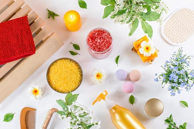Naturalne Produkty I Akcesoria Do Pielęgnacji Ciała Układają Się W Kwiaty I Liście. Ekologiczne Spa, Koncepcja Kosmetyków Kosmetycznych Premium Zdjęcia