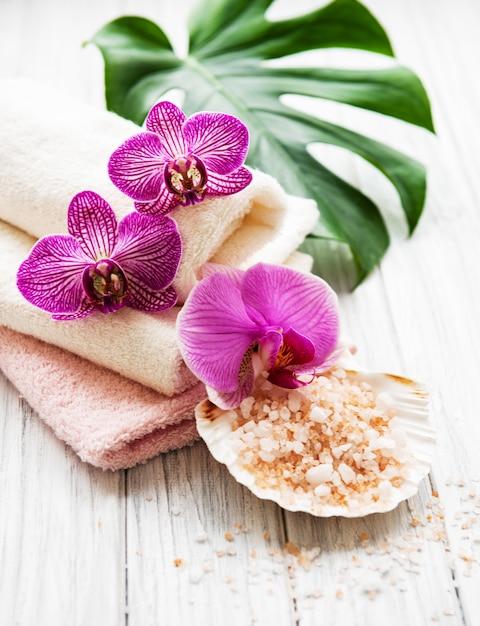 Naturalne składniki spa z kwiatami orchidei Premium Zdjęcia