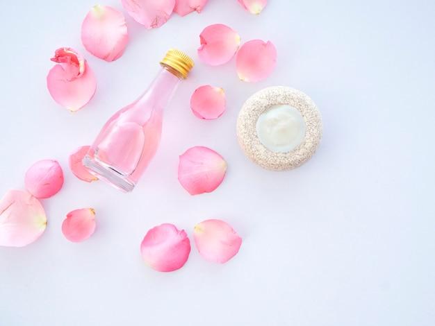 Naturalny Zestaw Spa Róż I świecy Zapachowej Potpourri Premium Zdjęcia